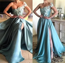 Barato Vestido De Baile De Renda-Sexy Long Prom Vestidos Sexy High Split Satin One Shoulder Prom Vestidos Lace Appliques Formal Evening Gowns Party Wear Vestido à mão Flower Gown