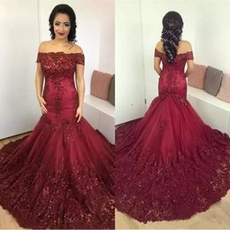 Barato Longo Vestido Vermelho Sequin-2018 Sparkly Dark Red Mermaid Prom Dresses Árabe Africano Off the Shoulder Lace Sequins Corset Back Long Prom Vestidos formais Vintage Wear