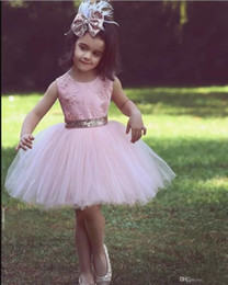 Barato Vestido De Noiva Curto Tutu De Renda-Cute Pink Short Flower Girl Vestidos para festa de casamento país Banquete Sequined Bow Tutu Crew Neck Lace 2018 Baby Child Birthday Formal Dresses