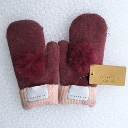 Gants de marque pour femmes mode pour hiver et automne gants de mitaines en cachemire avec une belle balle de fourrure sport en plein air chaud gants d'hiver en Solde