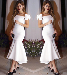 Barato Simples Vestidos De Tamanho Branco Mais-2017 Mermaid Off Shoulder Sexy White Tea Comprimento de Vestidos de Cocktail árabe Plus Size Cheap Simple Formal Evening Prom Party Vestidos Vestido Festa