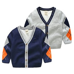 Barato Camisola Dos Meninos Cinzentos-Estilo Inglaterra Kids Dimond Cardigan Boys Sweater Geométrico single-breasted V-neck cardigan Boys vestuário Grey Navy 2017 Novo estilo Atacado