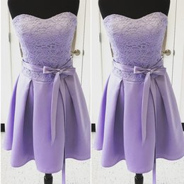 Barato Vestidos Curtos Preços Baratos-Lavanda Lace Satin Short Vestidos de dama de honra Sweetheart Strapless Ruched Wedding Guest Dresses Maid Of Honor Cheap Price
