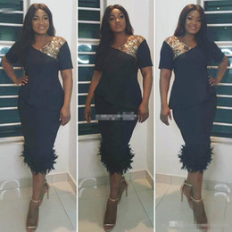 Robe À Cocktail En Or Pas Cher-Aso Ebi Robes de cocktail noires courtes avec des manchettes en or à manches courtes Longueur de thé Feather Plus Size Women Formal Prom Evening Party Robes 2017