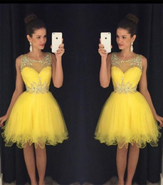 Dreses De Fête À Bas Prix Pas Cher-New Yellow Short Homecoming Dreses 2016 Sheer Neck Crystal Beads Longueur au genou Tulle Modest Prom Dress Party Cocktail Robes Cheap Custom