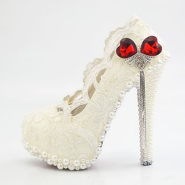 Barato Sapatos Imitação Rhinestone-Sparkling Imitation Pearl 2017 Sheer Lace Women Shoes Casamento com Silver Tassels Rhinestone High Heel Round Toe Pumps Party Gown