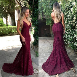 Barato Corte De Sereia Corte Lados-2018 Dark Red Cut Away Side Backless Sexy Prom Dresses Spaghetti Straps Lace V neck Mermaid Evening Gowns Party Vestidos