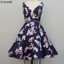 Barato Padrão Para Vestido De Festa Curto-Floral Print Short Beaded Juniors Prom Vestido Homecoming Mini 2017 Cetim V-neck Sweet 16 Party Cocktail Gown A Line Pattern Skirt Lewande