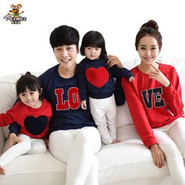 Barato Pai Do Bebê Combinando Roupas-Family Clothing New 2017 Family Matching Outfits Mom Dad Baby Love Long-Sleeve Cotton T camisetas primavera outono Family Clothes sets