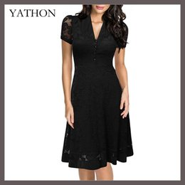 Barato Vestido Stretchy Laço Preto-YATHON de alta qualidade nova moda feminina Chic Black Lace Hollow Out V-Neck Runway Casual Hepburn Dress Vintage Stretchy Ball Gown vestidos de festa