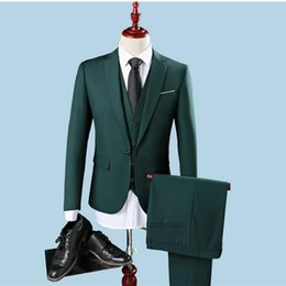 Gilet Vert Mince Homme Pas Cher-Vente en gros - 2017 Slim Fit One Button Groom Tuxedos Groomsman Best Man Party Hommes Costumes Verts Hommes Habillement Professionnel (Veste + Pantalon + Veste)