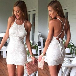 Barato Vestidos Brancos Do Clube De Halter-2018 New White Lace Sheath Short Cocktail Dresses Sexy Halter Criss-cross Backless Club Party Dress Custom Made BA6927