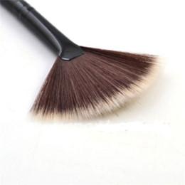 $enCountryForm.capitalKeyWord NZ - 1Pc New Fashion High Quality Best Gift Portable Slim Fan Shape Powder Concealor Blending Foundation Makeup Brush