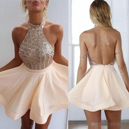 Barato Barato Pêssego Curto Vestidos-2016 Cheap Peach Halter Pescoço Homecoming Graduateion Vestidos Blingbling Sequins Bodice Backless Chiffon A linha-curto Prom Cocktail Vestidos