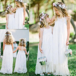 Barato Linda Linha Halter Chão-Bohemian A Line Flower Girl Dresses 2017 Lace Halter Pavimento Comprimento Wedding Flower Girls Vestidos para praia Lovely Backless Party Dress For kids