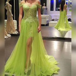 Dresse Pour La Fête Pas Cher-Green Apple Side de Split Prom Dresse Une ligne de balayage train dentelle arabe Dubaï Vestido De Fiesta Sexy Backless Party robes du soir 2016