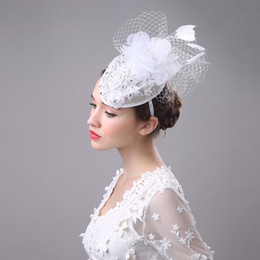 Barato Fascinador De Pena Vintage-2017 Vintage Women White Brdial Chapéus Feather Flower Fascinator Chapéus para Banqut Party Specail Ocasião Formal Ladies Lace Wedding Accessories