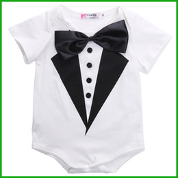 Barato Arcos Para Meninos-2016 mais novo bebê bebês rompers formal animal print preto branco estilos bow knot baby boys girls party playsuits outfits free shipping
