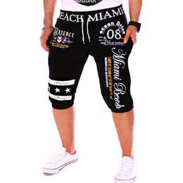 All'ingrosso-PKORLI Pantaloncini sportivi da uomo di marca Abbigliamento da spiaggia Pantaloni sportivi stampati estivi da uomo Pantaloncini da corsa sexy da uomo Pantaloni corti da uomo in Offerta