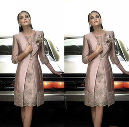 Barato Casacos Elegantes À Noite-Elegant 2017 Mother OF The Bride Dresses With Long Coat Jewel 3/4 Long Sleeve Vestido formal com lace Applique Knee-Length Evening Gowns