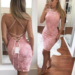 Barato Vestido De Renda Cor-de-rosa-2018 New Sexy Pink Halter Crisscross Straps Lace Short Cocktail Dresses bainha Mermaid Girls Prom Gowns Mini Cheap