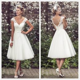 Vestidos de novia de encaje corto de estilo vintage de los años 50 Apliques de encaje de cuello en v Vestidos de novia nupciales con cuentas de té de longitud con botones en venta
