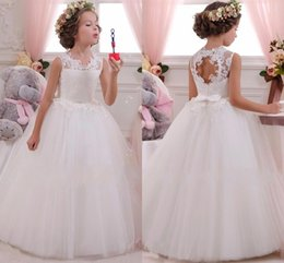 Archets Mignons Bon Marché Pour Les Filles Pas Cher-2017 Cheap Mignon Enfant Flower Girl Dresses Mariages Long Floor Long Crew Collier Backless Pricness Dentelle First Communion Robes avec Bow