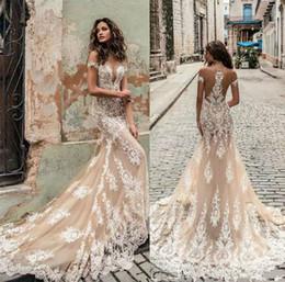 Ingrosso Abiti da sposa Champagne Julie Vino 2019 Off spalla profonda scollatura Abiti da sposa Sweep Train Lace Abito da sposa Custom Made