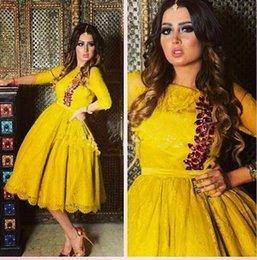 Barato Mais Tamanho Vestido De Cocktail Amarelo-2017 Modest Plus Size Amarelo Lace Cocktail Party Dresses 1/2 manga Tea-Length Covered Button Elegant Prom Dresses Evening Wear Custom Made