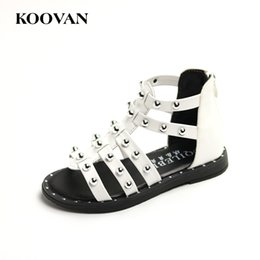 Barato Korean Girls Shoes Venda-Girl Sandals Rivet Gladiator Children Beach Shoes Koovan 2017 Verão Hot Sale Coreano Couro High Top Flats Soft Bottom W442