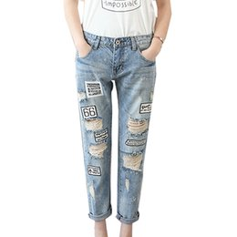 Barato Jeans Remendados Para Mulheres-Popular Fashion Hole Loose Jeans Light Blue Embroidery Capris Jean Pants Patch Stitching Design para mulheres Ladies Grils