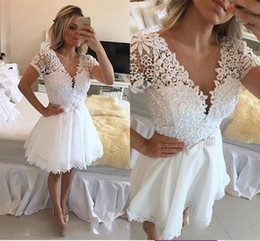 Barato Pouco Vestido Branco Do Pescoço De V-2017 Little White V-neck Mangas curtas Homecoming Vestidos Sheer Beaded Pérolas Short Mini Prom Dresses Belt Hoolow Lace Cocktail Dresses