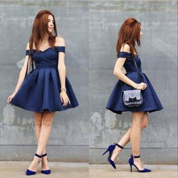 Barato Vestidos Chiques E Chiques-2018 Chic Ruffles Joelho Comprimento Homecoming Vestidos Royal Blue Sexy Off Shoulders A Line Short Party Dress Cocktail Prom Gowns