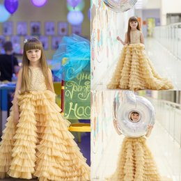 Barato Vestido De Casamento Ruffle Ouro-Princess Gold Flower Girls Vestidos para Wedding Bateau Neck Long Ruffle Primeira Comunhão Vestido Sweep Train A Line Pageant Vestidos