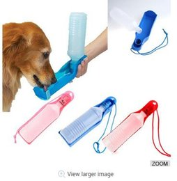 Dispenser per bottiglie di acqua potabile per cani e gatti Pet Dispenser per acqua per animali domestici di 500 ml Blu / Rosso / Rosa in Offerta