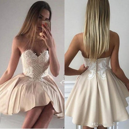 Barato Vestidos Chiques E Chiques-2018 New Chic Short Lace Sweetheart Appliqued Cocktail Dresses Cute Champagne Homecoming Vestidos com botões Voltar Mini Robe de soriee