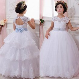 Flecos De Flores Con Cuentas Baratos-Princesa Preciosa Princesa Niñas Vestidos para Bodas Puffy Sheer Cuello Cap Mangas Beaded Lace Appliques Sash Bow Attached Tiered Train