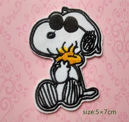 Toptan satış Snoopy Sevimli Köpek Giyen Güneş Gözlüğü Woodstock Işlemeli Demir On Patch Aplike Karikatür Gömlek Çocuk Oyuncak Hediye bebek Süslemeleri Bireysellik 10 adet