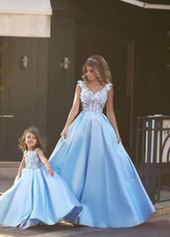Robe De Bal Nude Robe De Bal Pas Cher-2016 Robes de bal mère et fille Prom Princesse robe de bal V Neck Lace Appliqued Illusion Blue over Nude Bodice Sweep Train Mom Prom Gowns