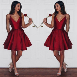 Barato Vestidos De Baile De Baixa Renda-Dark Red Short Party Dresses Deep V Neck A Line Satin Cheap Homecoming Vestido Low Back Sexy Short Prom Gowns Girls Formal Wear