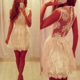 Robe De Bal À Bas Prix Pas Cher-Gorgeous Cheap Lace Homecoming Robes sans manches Ribbon Bow Sash Short Illusion Retour Prom Party Gowns Fermeture à glissière sur mesure