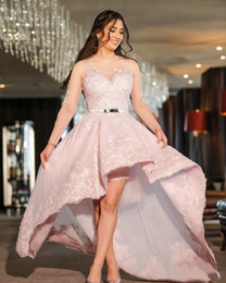 Barato Vestidos De Manga Curta-Pink Hi-lo Prom Dresses With Sleeves Pretty Women Vestidos formais Curto Front Long Back Lace Illusion Evening Dress Plus Size Dubai Party Dress