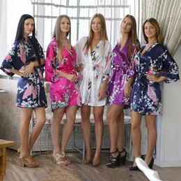 a8a7a1f93c5 Vente en gros-14 Couleurs Femmes Satin Kimono Robes Peacock Motif Imprimer  De Mariage Nuptiale De Demoiselle D honneur Soie Nuit Robe Robe De Chemise  De ...