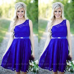Barato País Um Ombro Dama De Honra Vestidos-Royal Blue Short Lace Vestidos de dama de honra Sexy One Shoulder Country Styles Summer Wedding Maid Of Honor Vestidos Junior Soccer Party Dresses