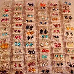 Venta al por mayor de Moda de Calidad Superior Nuevo 100 Estilos Pendientes de Diamantes Pendientes de Perlas Hebilla Joyería Para Las Mujeres Pendientes de Boda Stud Par Mixto
