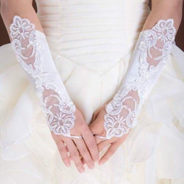 Barato Luvas Nupciais Fingerless Pretas-Frete grátis! 2016 Beaded Bordado Luvas de noiva em estoque Comprimento cotovelo Pérolas Fingerless Black Red Ivory White Bridal Gloves For Wedding