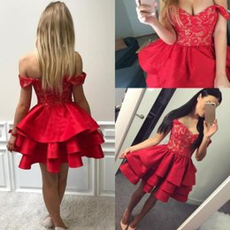 Barato Barato Meninas Vestidos Vermelhos-Little Red Short Prom Dresses 2018 Lace Off The Shoulder Satin Tiered Evening Gowns Zipper Back Cheap Homecoming Vestido para meninas