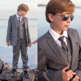 Barato Smoking Para Meninos-Handsome Three Pieces Boys Suit Vestuário formal com jaqueta + Waistcoat + Calças Little Gentleman Gray Color Kids Tuxedos Custom Made