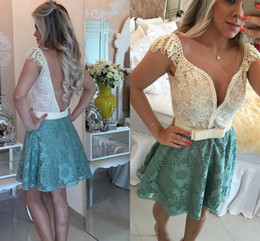 Barato Manga Do Tampão Vestido De Cocktail Frisado-2016 New frisada Lace Curto Homecoming A-Line mangas Backless Sweet Sixteen graduação Vestidos Mini vestidos de cocktail