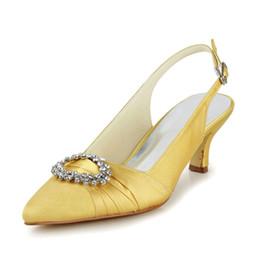 1af5367b348 Bonito color amarillo dedo del pie puntiagudo zapato tacón bajo talón  fuerte Hermosa hebilla de metal con las mujeres de la perla nupcial zapatos  de boda ...
